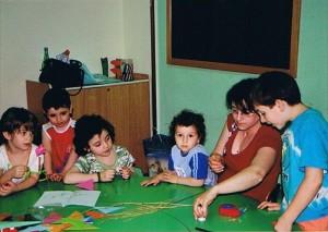 Bambini della scuola d'infanzia alle prese con gli origami